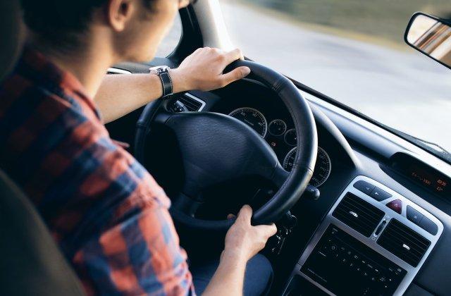 """Poziția incorectă la volan poate deforma coloana. Care este poziția """"sănătoasă"""" pentru condus"""