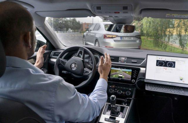 """Skoda testează noi sisteme avansate: o mașină autonomă """"copiază"""" comportamentul în trafic al unei mașini cu șofer uman"""