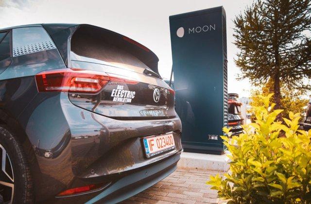 Parteneriat între Volkswagen și Renovatio pentru încărcarea mașinilor electrice: rețelele de stații e-charge și Moon devin compatibile