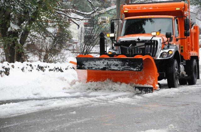 Strat de zăpadă de aproximativ 8 centimetri la Rânca. Drumarii sunt pregătiți să intervină cu șase utilaje și material antiderapant