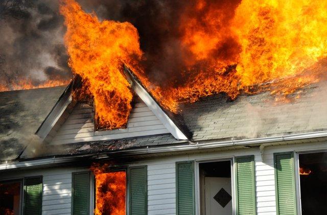 Femeie de 42 de ani, decedată în urma unui incendiu care i-a cuprins locuința
