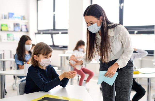Şcolile publice din New York vor începe să se redeschidă. Elevii vor fi testaţi săptămânal
