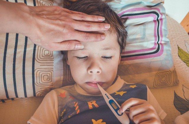 """Cum diferențiem gripa de COVID la copii. Medic: """"Niciodată nu este rău să te vaccinezi"""""""