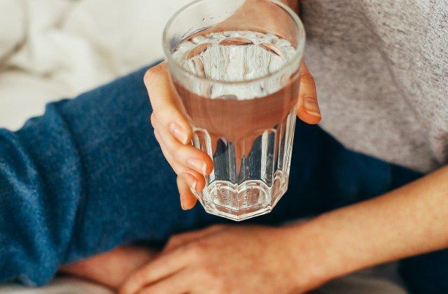 Un pahar de apă pe stomacul gol: 8 beneficii ale acestui obicei