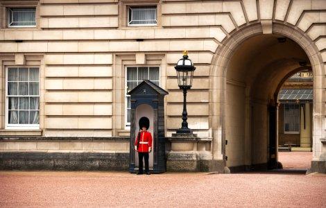 Un angajat de la Palatul Buckingham a furat medalii de la Regină