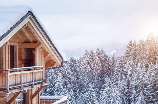 Sute de turiști britanici, aflați în carantină într-o stațiune de schi din Elveția, au fugit din hotelurile în care erau izolați