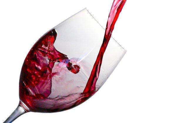 4 metode simple și rapide pentru a scoate petele de vin roșu de pe haine