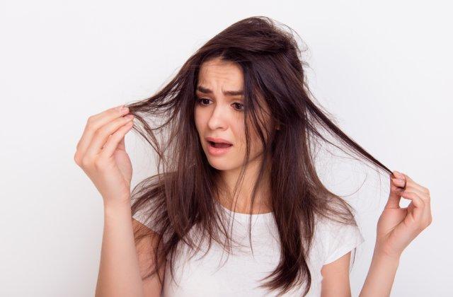 4 greșeli pe care le faci atunci când îți piepteni părul