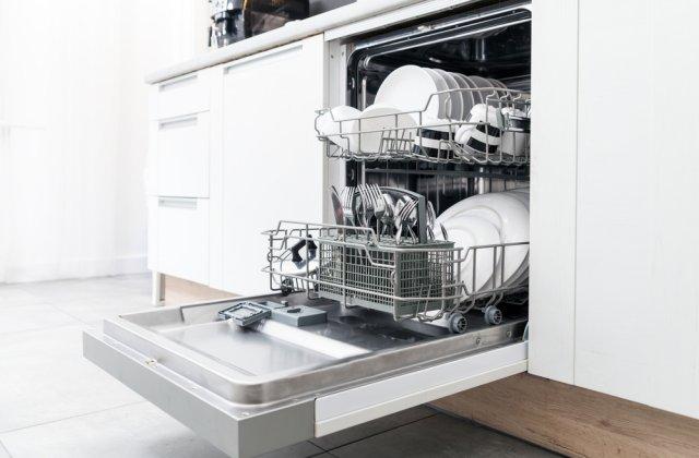 Cum să îți menții curată mașina de spălat vase în doar 3 pași simpli