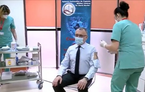 VIDEO Ministrul Educaţiei și-a tăiat cămaşa pentru a se putea vaccina