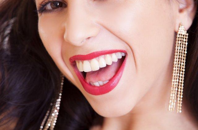 Un zâmbet mai strălucitor: 3 metode simple de albire a dinților la tine acasă
