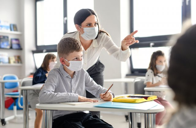 Elevii care vor refuza să poarte masca la școală nu vor fi primiți în colectivitate. Ce spune ministrul Educației
