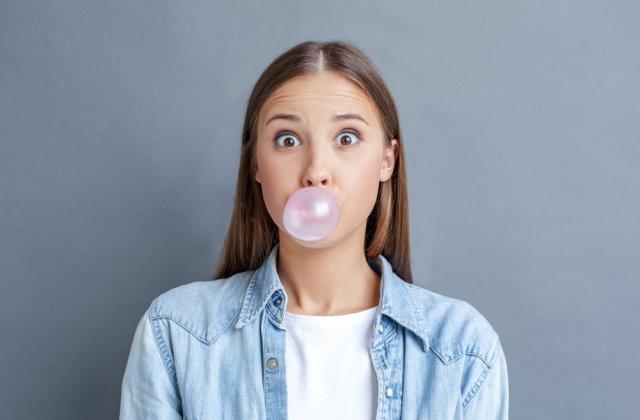 Mestecatul gumei: 3 efecte negative provocate de acest obicei
