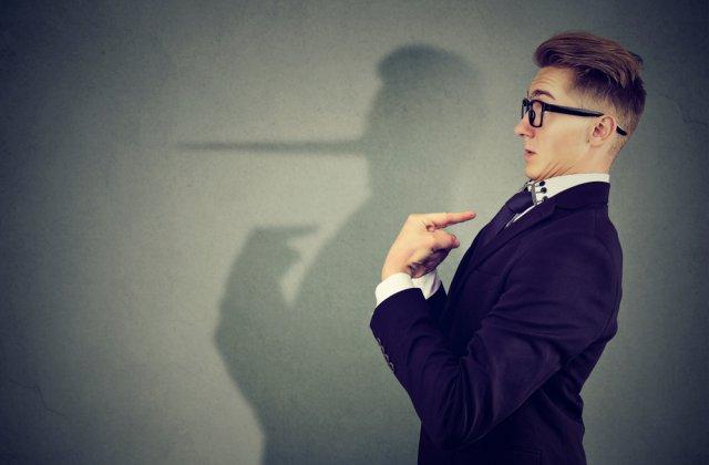 Minciuna are picioare scurte: 3 semne care arată că persoana din fața ta nu este sinceră