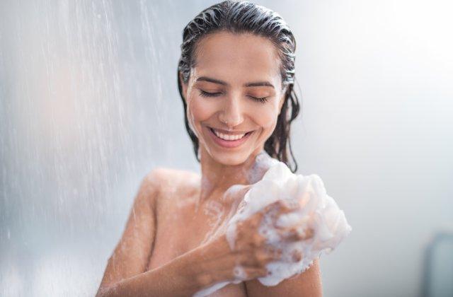 Fără miros de transpirație și riduri premature: 5 beneficii ale renunțării la săpun în timpul dușului