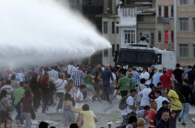 Manifestantii din Istanbul, intampinati cu tunuri de apa de politie