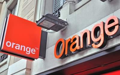 Orange instalează un cablu...