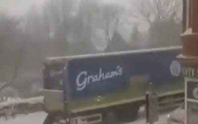 VIDEO: O femeie împinge la...