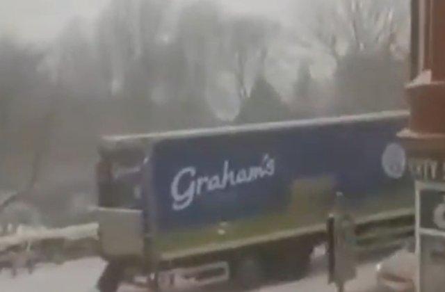 """VIDEO: O femeie împinge la deal un camion înzăpezit: """"Este un supererou!"""""""
