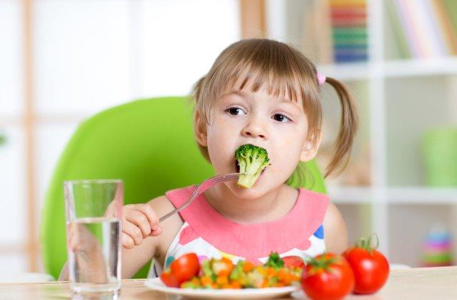 Alimentația celui mic: 3 metode prin care să îți faci copilul să mănânce