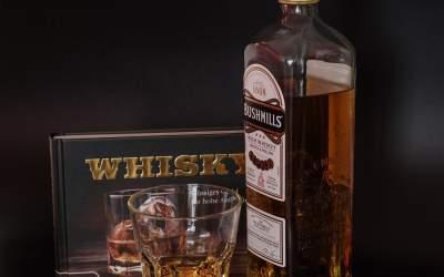 O sticlă de whisky scoțian de...