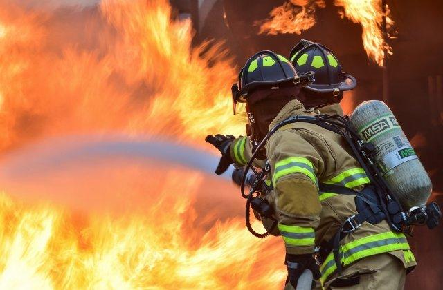 VIDEO Incendiu la acoperişul clădirii Palatului Administrativ din Suceava