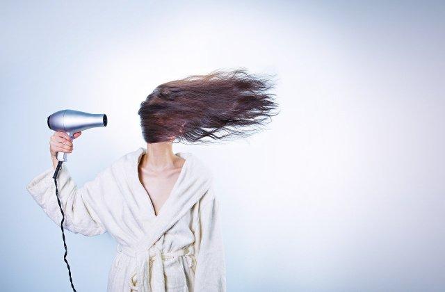 Ai grijă de aspectul tău! Obiceiuri zilnice care îți distrug părul