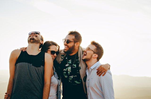 Zâmbește cât mai mult: 5 efecte benefice ale râsului