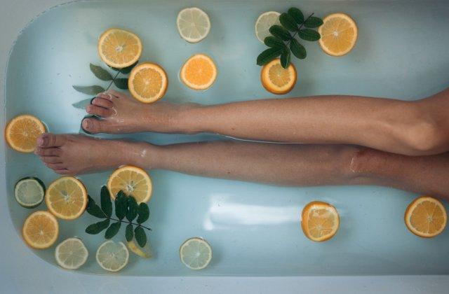 Relaxare și răsfăț: 3 ingrediente potrivite pentru o baie fierbinte
