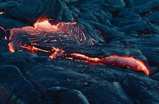 Turiști impresionați de spectacolul unui vulcan în erupție. Ce a făcut unul dintre aceștia pe lava fierbinte