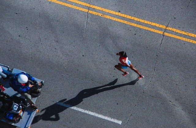 O kenyancă legitimată la Steaua București a bătut recordul mondial la semimaraton