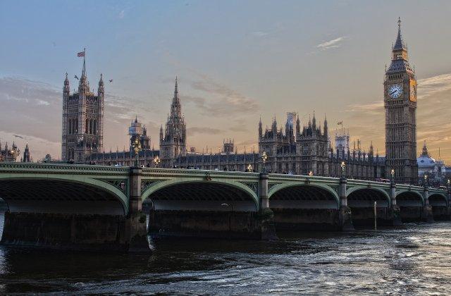 Marea Britanie relaxează restricțiile. Ce vor avea voie să facă britanicii