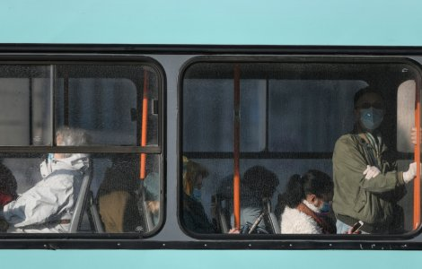 VIDEO Un bărbat a încercat să fugă de controlorii tramvaiului pe...