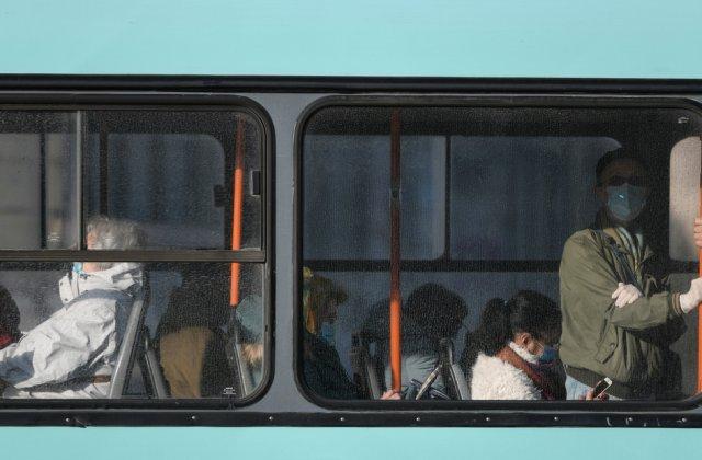 VIDEO Un bărbat a încercat să fugă de controlorii tramvaiului pe fereastră