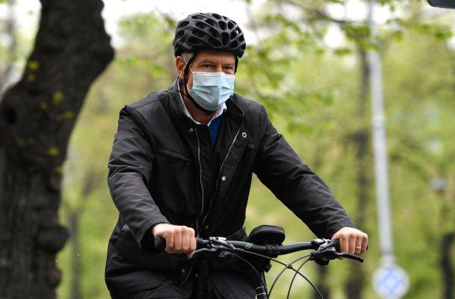 Klaus Iohannis cu bicicleta în drum spre Cotroceni în Vinerea Verde