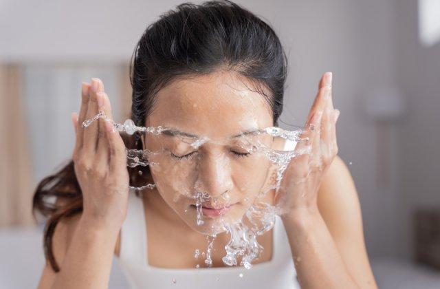 De ce japonezii se spală pe față timp de 10 minute