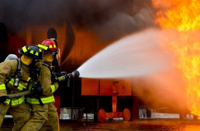 Un hipermarket din București a luat foc noaptea trecută
