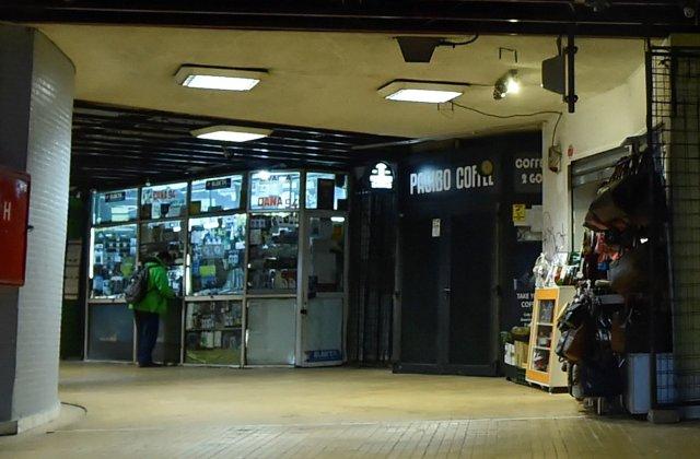 VIDEO Magazinele de la metrou, demolate cu scandal în miez de noapte