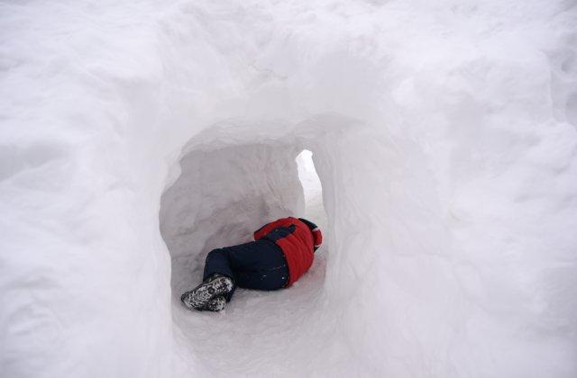 Un tânăr rătăcit în munți și-a construit o vizuină pentru a se adăposti noaptea