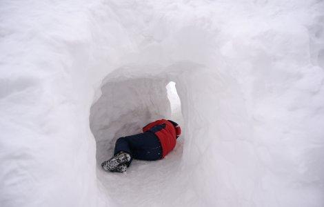 Un tânăr rătăcit în munți și-a construit o vizuină pentru a se...