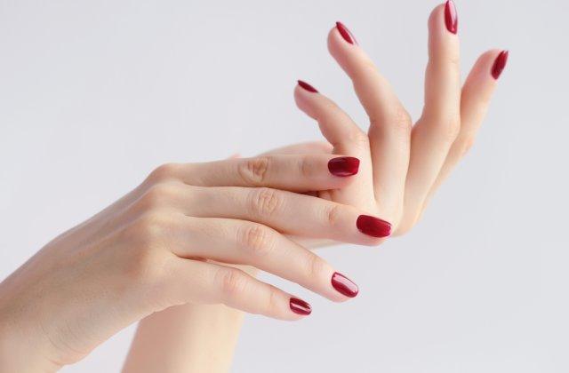 Mâini delicate: 3 sfaturi pentru a-ți proteja mâinile de detergenții chimici