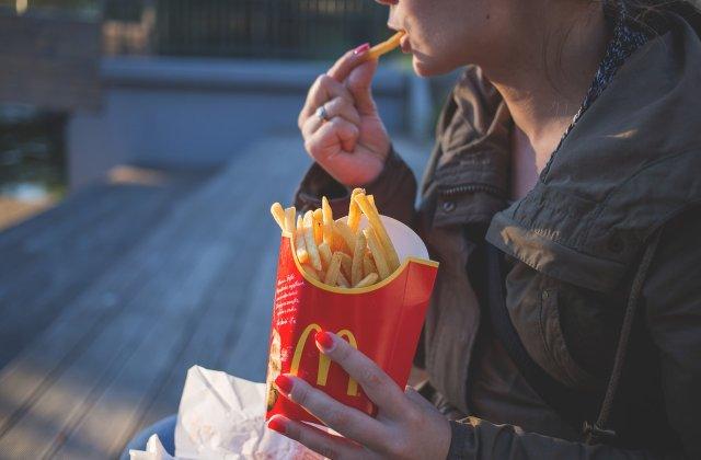 McDonald's promovează vaccinarea anti-COVID-19 pe ceștile de cafea