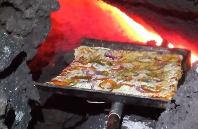VIDEO Un bărbat gătește pizza pentru turiști pe lava unui vulcan