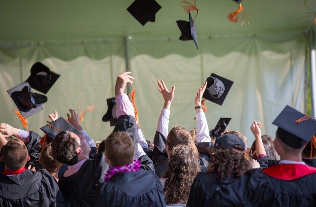 Elevii claselor a VIII-a şi a XII-a nu vor avea parte de banchet de absolvire nici în acest an
