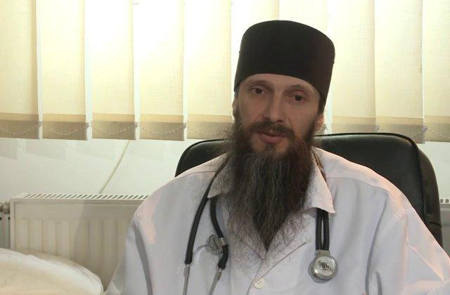 Povestea părintelui Pavel Mincă. Își împarte viața între halatul medicinal alb și rasa neagră de călugăr