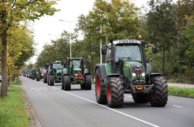 Fermierii organizează un protest cu tractoarele în fața Palatului Parlamentului