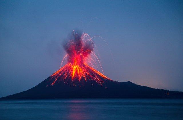 Vulcanul Etna din Sicilia a erupt din nou. Localnicii au avut parte de imagini spectaculoase