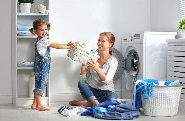 Vârsta la care copiii ar trebui să înceapă să facă anumite treburi casnice