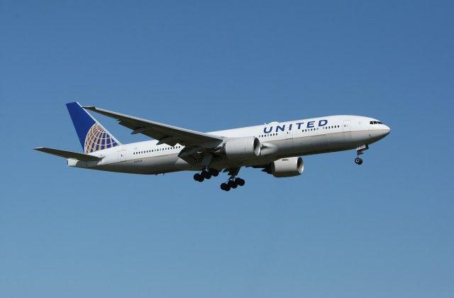 Un pasager a încercat să intre în cabina piloților unui avion în timpul zborului