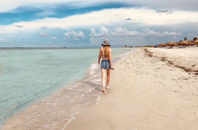 Zeci de turiști au fost amendați după ce au luat nisip și scoici de pe plajele din Sardinia